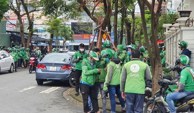 Đà Nẵng: Hàng trăm tài xế Grab vây trụ sở phản đối tăng chiết khấu - 1