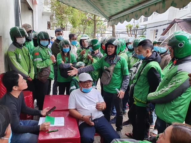 Đà Nẵng: Hàng trăm tài xế Grab vây trụ sở phản đối tăng chiết khấu - 2