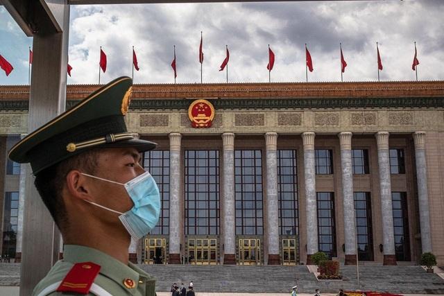 Trung Quốc nổi giận triệu Đại sứ Mỹ sau lệnh trừng phạt 14 quan chức - 1
