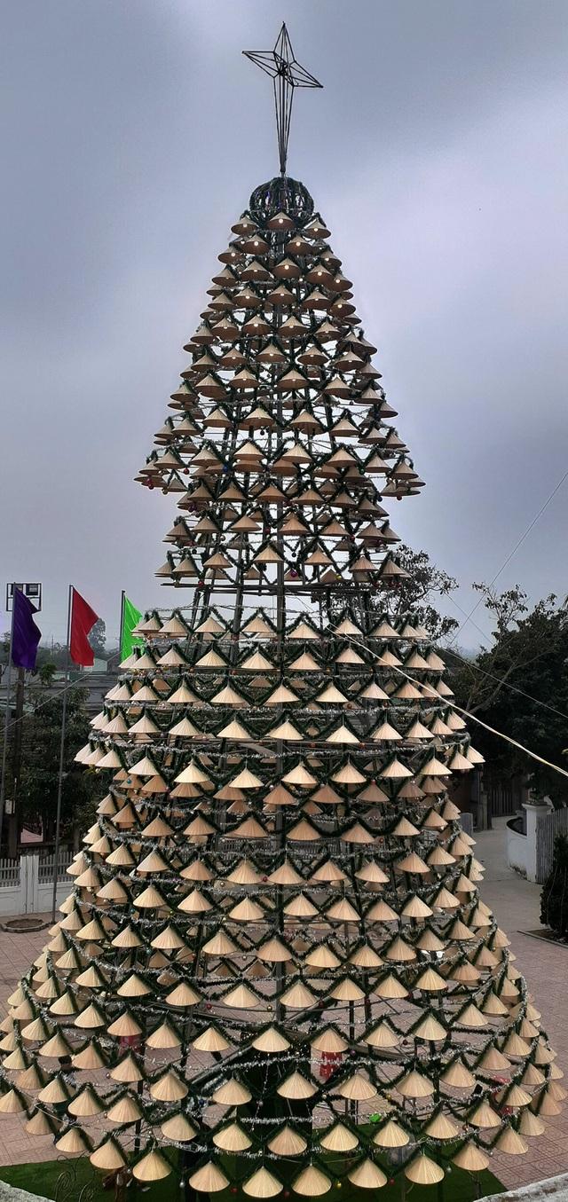 Cây thông Noel cao 18m kết từ 1.000 chiếc nón lá - 9