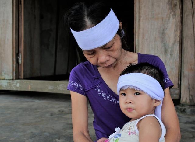 Rớt nước mắt cảnh 2 con thơ mất cha ở cùng bà đói khát trong căn nhà nát - 8
