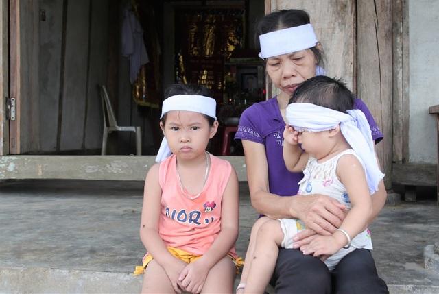 Rớt nước mắt cảnh 2 con thơ mất cha ở cùng bà đói khát trong căn nhà nát - 2