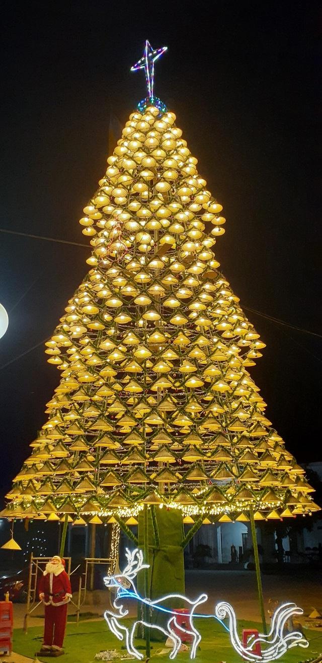 Cây thông Noel cao 18m kết từ 1.000 chiếc nón lá - 10
