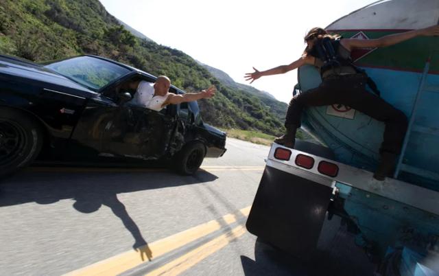 Băng nhóm táo tợn đánh cắp PlayStation 5 trên xe tải đang chạy - 3