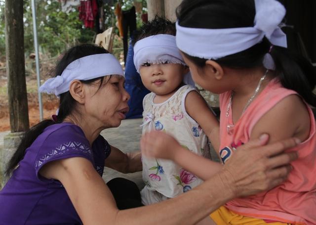 Rớt nước mắt cảnh 2 con thơ mất cha ở cùng bà đói khát trong căn nhà nát - 6