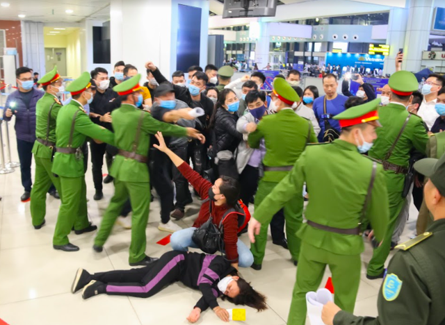 Ứng phó khẩn nguy tình huống nhóm khách gây rối, đập phá sân bay Nội Bài - 3