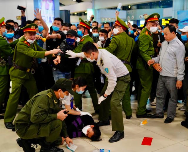 Ứng phó khẩn nguy tình huống nhóm khách gây rối, đập phá sân bay Nội Bài - 4
