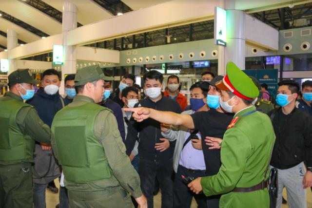 Ứng phó khẩn nguy tình huống nhóm khách gây rối, đập phá sân bay Nội Bài - 2