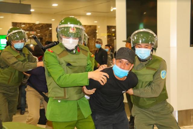 Ứng phó khẩn nguy tình huống nhóm khách gây rối, đập phá sân bay Nội Bài - 9
