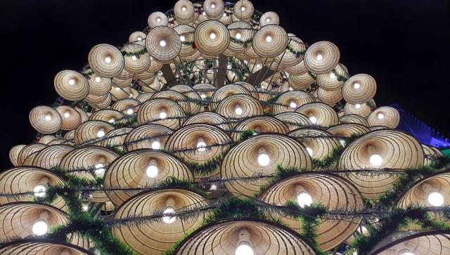 Cây thông Noel cao 18m kết từ 1.000 chiếc nón lá - 7
