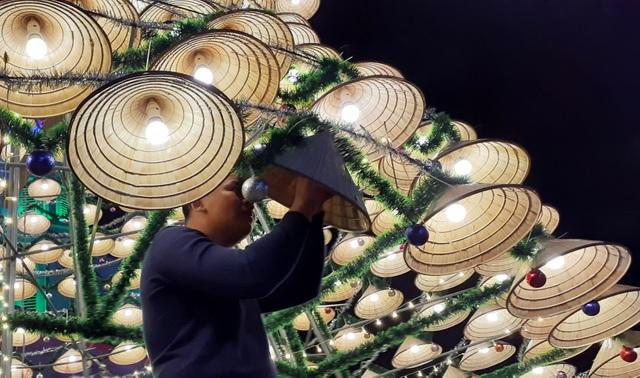 Cây thông Noel cao 18m kết từ 1.000 chiếc nón lá - 6