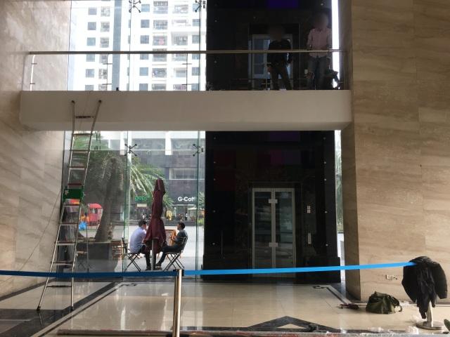 Vụ bước hụt chân rơi 3m ở sảnh thang máy: Ai chịu trách nhiệm? - 2