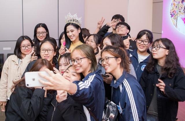 Hoa hậu Đỗ Thị Hà khóc khi chia sẻ về những vất vả của ba mẹ