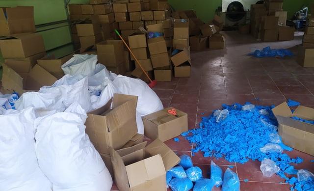 Gian thương gom chục tấn găng tay cũ, thuê dân phân loại công 3.000 đồng/kg - 2