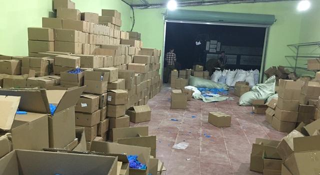 Gian thương gom chục tấn găng tay cũ, thuê dân phân loại công 3.000 đồng/kg - 4