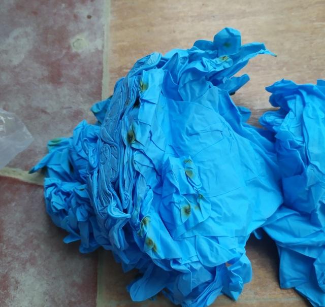 Gian thương gom chục tấn găng tay cũ, thuê dân phân loại công 3.000 đồng/kg - 3