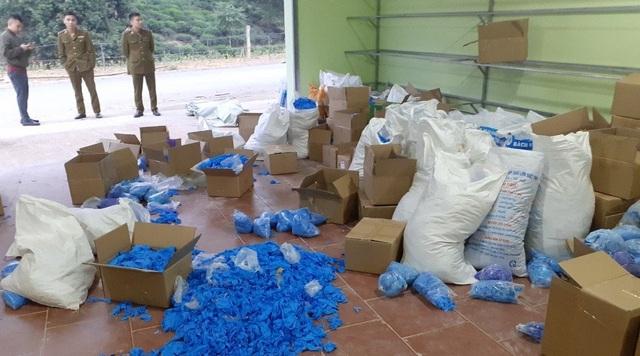 Gian thương gom chục tấn găng tay cũ, thuê dân phân loại công 3.000 đồng/kg - 1
