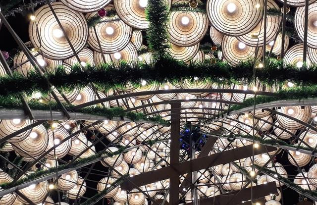 Cây thông Noel cao 18m kết từ 1.000 chiếc nón lá - 3