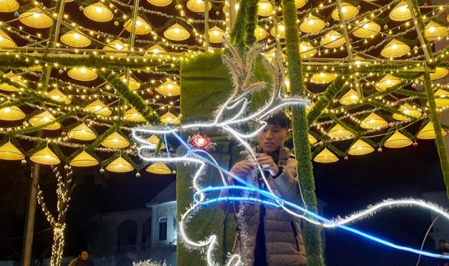 Cây thông Noel cao 18m kết từ 1.000 chiếc nón lá - 8
