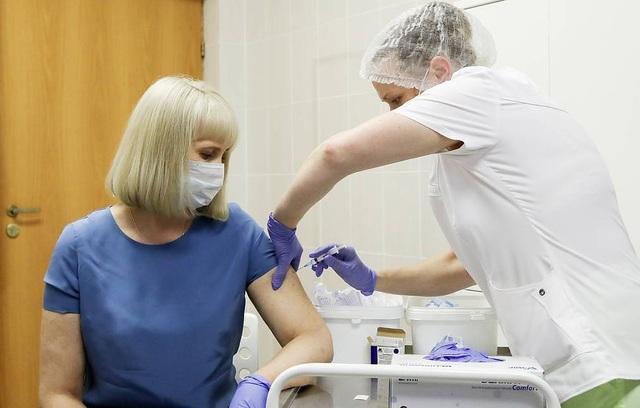 Nga yêu cầu người tiêm vắc xin Covid-19 không uống rượu trong 42 ngày - 1