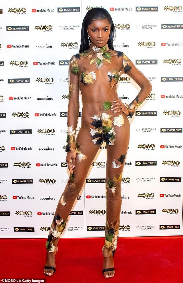 Siêu mẫu Anh mặc sốc dự lễ trao giải - 1