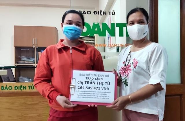 Nhà báo Lý Thị Toàn Thắng - Trưởng văn phòng đại diện báo điện tử Dân Trí tại TPHCM (phải), trao quà của bạn đọc đến cho chị Tú