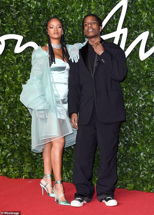 Rihanna hạnh phúc bên tình yêu mới - 3