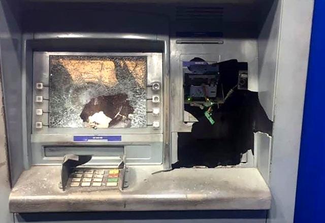 Đập phá trụ ATM vì không nhả tiền nhưng tài khoản vẫn bị trừ - 1