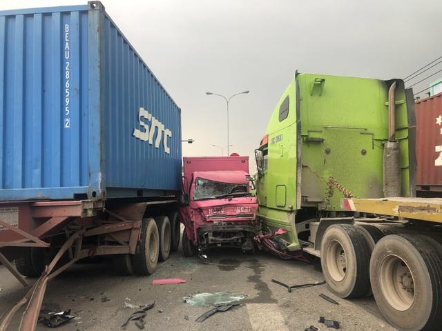 Xe tải bị 2 xe container vò nát trên quốc lộ - 1