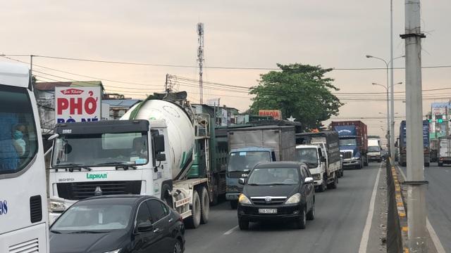 Xe tải bị 2 xe container vò nát trên quốc lộ - 3