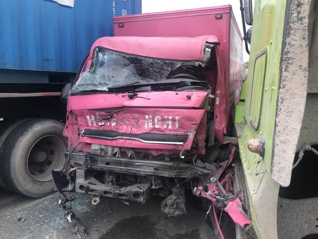 Xe tải bị 2 xe container vò nát trên quốc lộ - 2