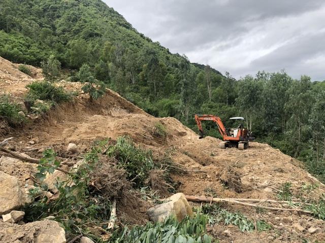 Vụ bạt núi Cô Tiên: Bắt 2 xe múc đào phá hàng trăm m2 đất rừng - 1