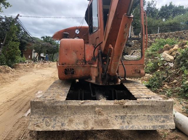 Vụ bạt núi Cô Tiên: Bắt 2 xe múc đào phá hàng trăm m2 đất rừng - 2