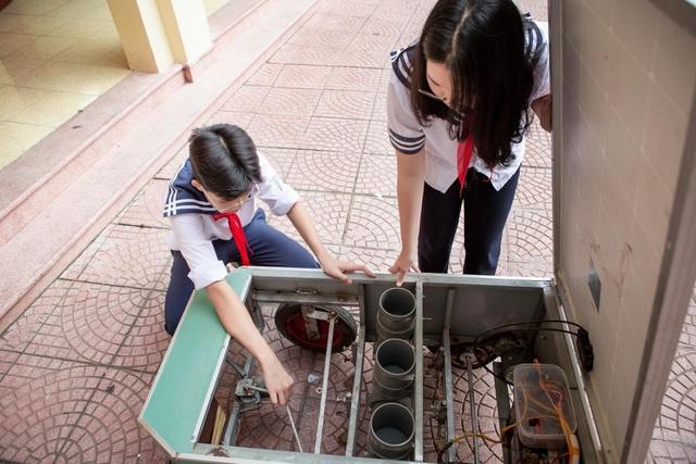 Học sinh sáng tạo máy gieo hạt tự động giúp đỡ người nông dân - 1