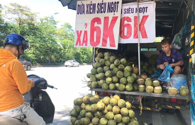 Hoa quả rẻ như cho, táo 5.000 đồng, bưởi 2.000 đồng: Đâu là nguồn gốc thật sự? - 2