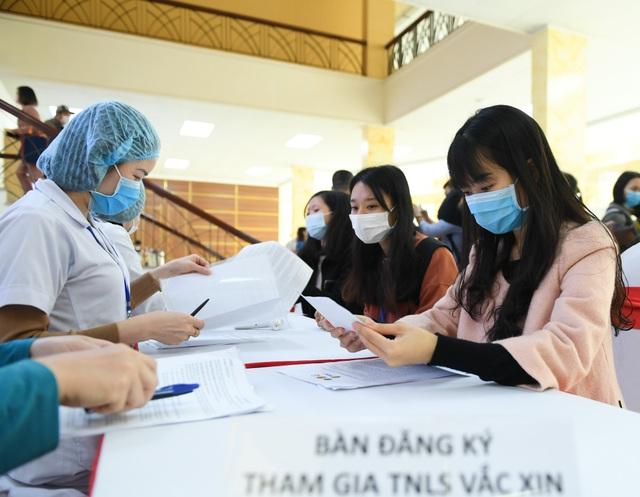 Người Việt đầu tiên tiêm vắc xin Covid-19 qua mốc thời gian quan trọng - 2