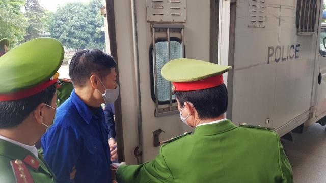 """Cựu Giám đốc CDC Hà Nội """"thổi giá"""" thiết bị chống dịch Covid-19 hầu tòa"""