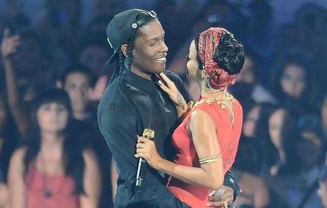 Rihanna hạnh phúc bên tình yêu mới - 2