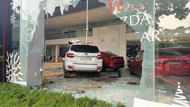 Nữ tài xế đại náo showroom ô tô, tông 1 người nguy kịch - 1
