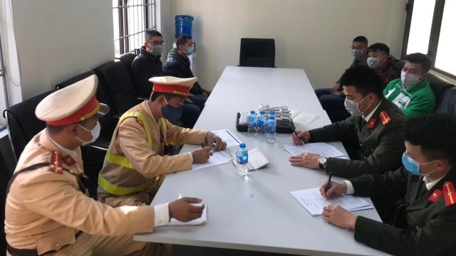 CSGT bắt giữ 4 người Trung Quốc nhập cảnh trái phép trên taxi - 1