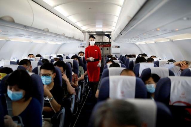 Trung Quốc khuyên tiếp viên hàng không mặc bỉm để phòng Covid-19 - 1