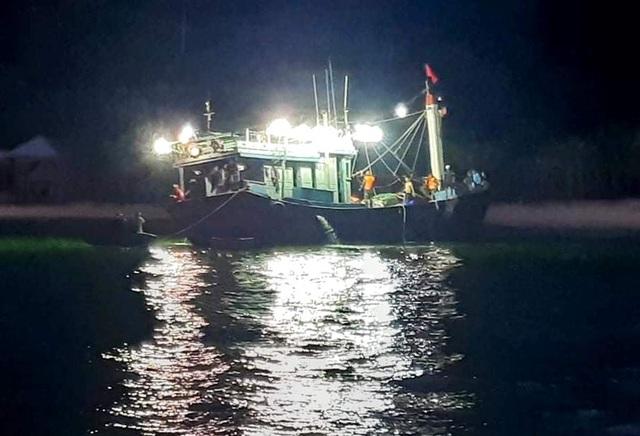 Cứu sống 12 ngư dân gặp nạn trên biển - 1