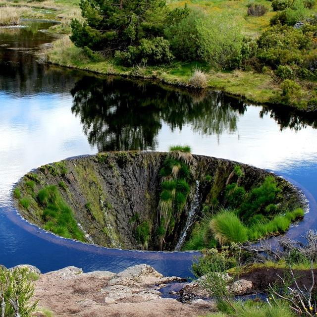 Hố sâu không đáy như chiếc phễu hút vạn vật nằm giữa lòng hồ - 2