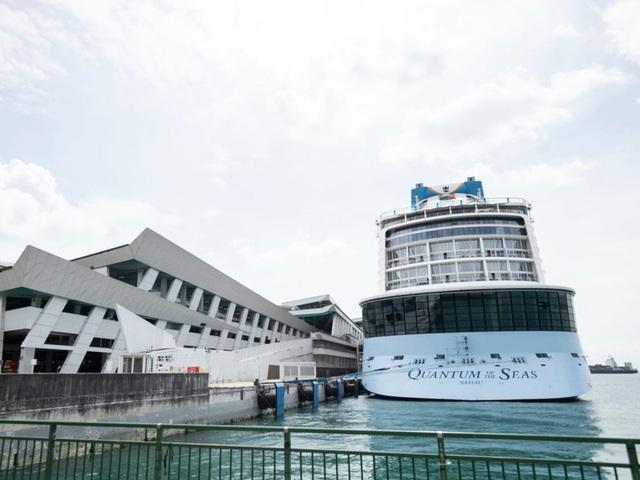 Gần 3.000 khách bị kẹt lại trên du thuyền 5 sao vì một cụ ông mắc Covid-19 - 1