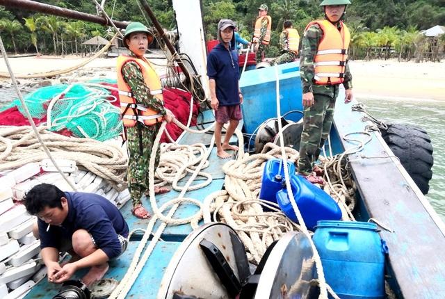 Cứu sống 12 ngư dân gặp nạn trên biển - 2
