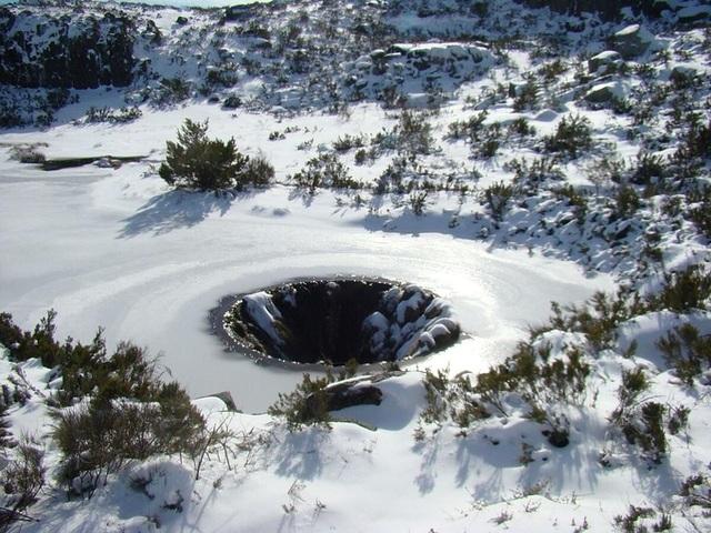Hố sâu không đáy như chiếc phễu hút vạn vật nằm giữa lòng hồ - 5