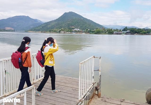 Cầu gỗ bị lũ cuốn trôi, 150 học sinh phải đi đò qua sông tới trường - 1
