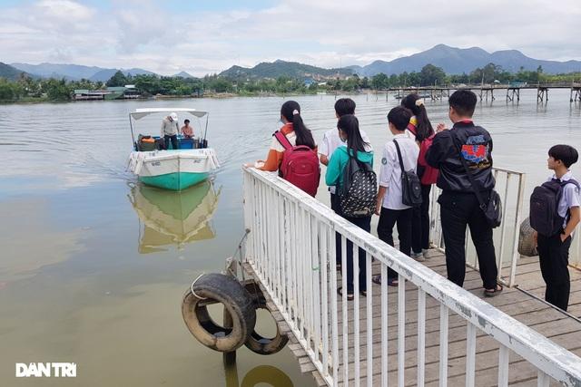 Cầu gỗ bị lũ cuốn trôi, 150 học sinh phải đi đò qua sông tới trường - 2