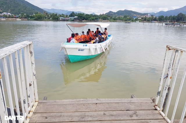 Cầu gỗ bị lũ cuốn trôi, 150 học sinh phải đi đò qua sông tới trường - 3