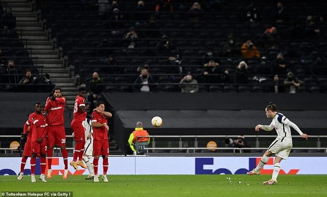 Arsenal toàn thắng cả 6 trận, Bale giúp Tottenham giành ngôi đầu - 2